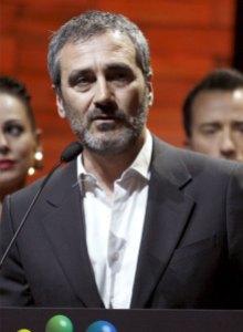 Javier Fesser tras hacerse con el premio a la mejor pelicula en los XIV Premios Cinematográficos José Maria Forqué.