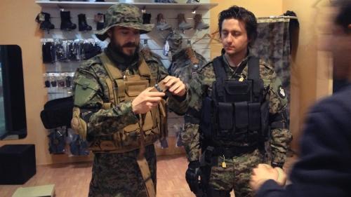 Javier Esteban Loring y Santiago Arias en una prueba de vestuario para Modern Warfare: Sunrise en Airsoft 51 Combat Zone