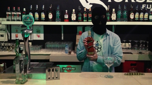 El barman de la Warfare Party de Vigo