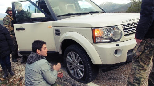 Un pedrusco se cruzó en el camino del malogrado Land Rover.
